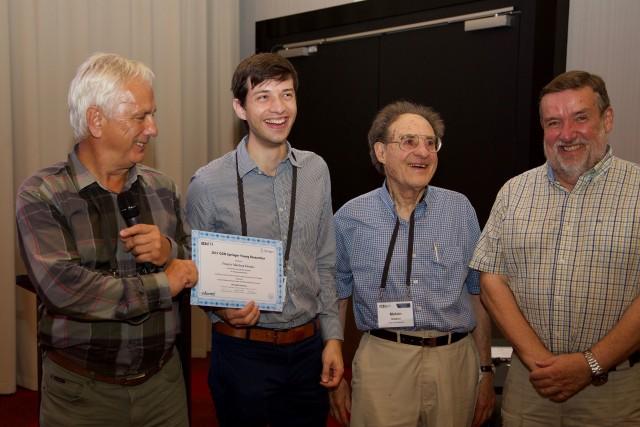 De gauche à droite: Gregory Kersten, président de la section GDN, Francis Marleau-Donais, Melvin F. Shakun, fondateur du GDN Journal, et Keith Hipel, président du jury